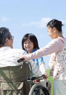 車椅子に座るシニア男性と孫の写真素材 [FYI04779460]