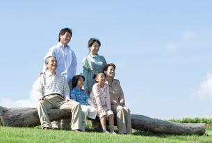 ベンチに座る三世代家族の写真素材 [FYI04779473]