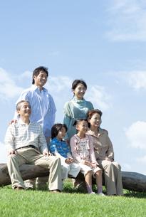 ベンチに座る三世代家族の写真素材 [FYI04779474]