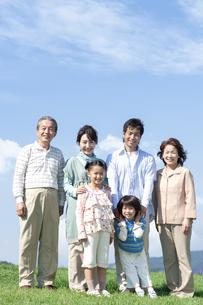 笑顔の三世代家族の写真素材 [FYI04779475]