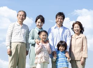 笑顔の三世代家族の写真素材 [FYI04779476]
