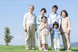 笑顔の三世代家族の写真素材 [FYI04779478]