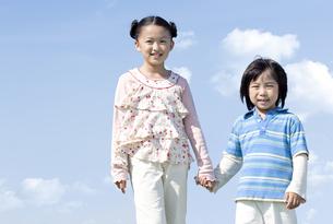 手を繋ぐ女の子と男の子の写真素材 [FYI04779479]