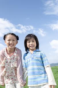 手を繋ぐ女の子と男の子の写真素材 [FYI04779480]