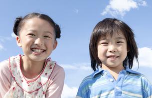笑顔の女の子と男の子の写真素材 [FYI04779481]