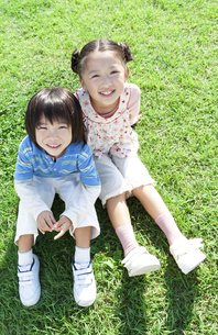 芝生に立つ女の子と男の子の写真素材 [FYI04779496]