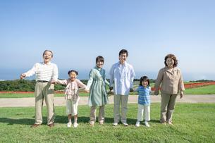 手を繋ぐ三世代家族の写真素材 [FYI04779498]