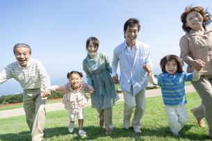 手を繋ぐ三世代家族の写真素材 [FYI04779502]