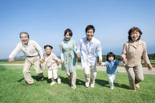 手を繋ぐ三世代家族の写真素材 [FYI04779503]