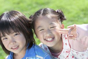 笑顔の女の子と男の子の写真素材 [FYI04779506]