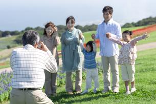 記念撮影をする三世代家族の写真素材 [FYI04779507]