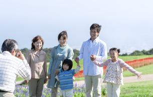 記念撮影をする三世代家族の写真素材 [FYI04779508]