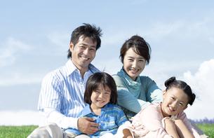 芝生に座る家族の写真素材 [FYI04779510]