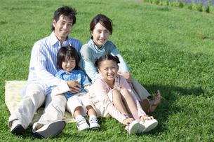 芝生に座る家族の写真素材 [FYI04779512]