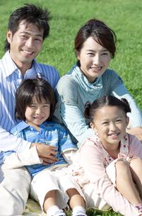 芝生に座る家族の写真素材 [FYI04779513]