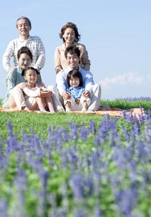 芝生に座る三世代家族の写真素材 [FYI04779516]