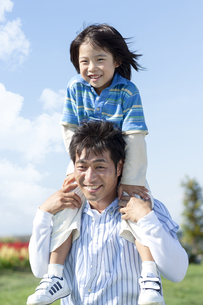 肩車をする親子の写真素材 [FYI04779519]