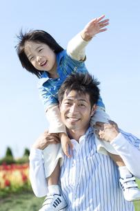 肩車をする親子の写真素材 [FYI04779520]