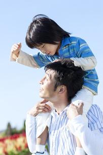肩車をする親子の写真素材 [FYI04779521]