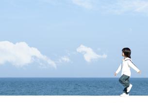 防波堤を歩く男の子の写真素材 [FYI04779528]