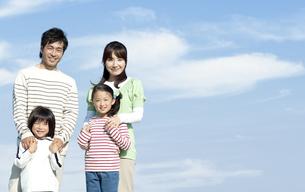 笑顔の家族の写真素材 [FYI04779534]