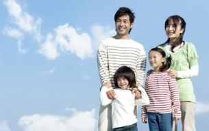 空を見上げるの家族の写真素材 [FYI04779537]