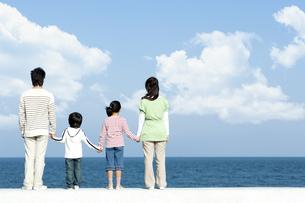 防波堤に立つ後姿の家族の写真素材 [FYI04779538]