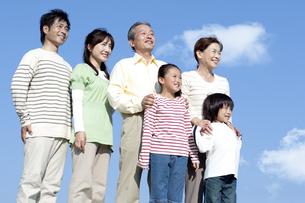 笑顔の三世代家族の写真素材 [FYI04779542]