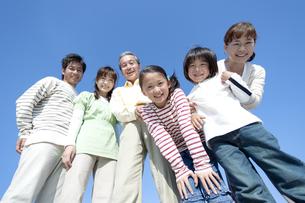 笑顔の三世代家族の写真素材 [FYI04779545]