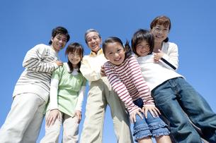 笑顔の三世代家族の写真素材 [FYI04779546]