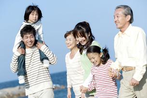 笑顔の三世代家族の写真素材 [FYI04779548]