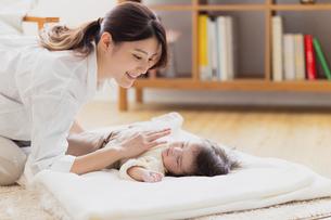 赤ちゃんを寝かしつける母の写真素材 [FYI04779676]