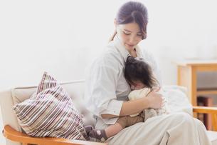 赤ちゃんを抱っこする母の写真素材 [FYI04779678]