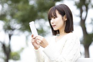 スマートフォンを操作する女性の写真素材 [FYI04779877]
