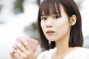 マグカップを持つ女性の写真素材 [FYI04779890]