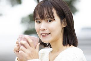 マグカップを持つ笑顔の女性の写真素材 [FYI04779891]