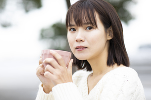マグカップを持つ女性の写真素材 [FYI04779892]