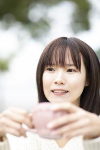 マグカップを持つ笑顔の女性の写真素材 [FYI04779893]