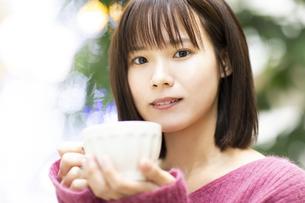 マグカップを持つ女性の写真素材 [FYI04779902]