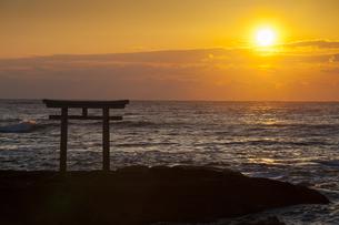神磯鳥居と大洗海岸からの日の出の写真素材 [FYI04780123]
