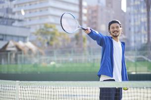 テニスコートでラケットを向ける男性の写真素材 [FYI04780159]