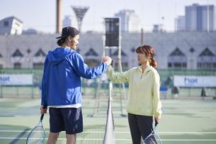 テニスの試合を始める男女の写真素材 [FYI04780161]