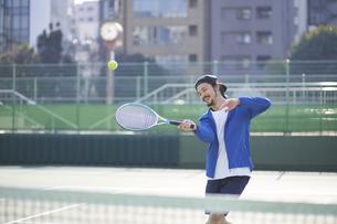 テニスボールを打ち返す男性の写真素材 [FYI04780164]