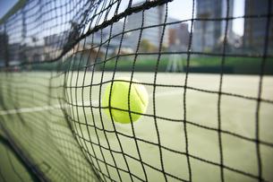 ネットに当たるテニスボールの写真素材 [FYI04780168]
