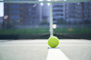 テニスコートのライン上に置かれたボールの写真素材 [FYI04780169]
