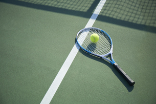テニスコートのに置かれたラケットとボールの写真素材 [FYI04780170]
