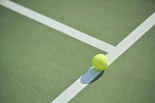テニスコートのライン上に置かれたボールの写真素材 [FYI04780172]