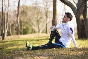 運動中に休憩する男性の写真素材 [FYI04780189]
