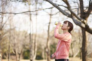 運動中に休憩する女性の写真素材 [FYI04780190]