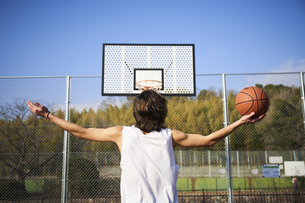 ゴール前で両手を広げるボールを持った男性の写真素材 [FYI04780194]